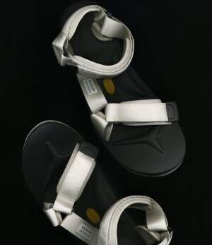 アー・ペー・セー×スイコック、初のコラボサンダルが限定発売。スポーティーシックな足元に