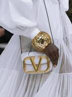 ヴァレンティノのアイコンバッグ「スーパー VEE」にミニサイズが登場