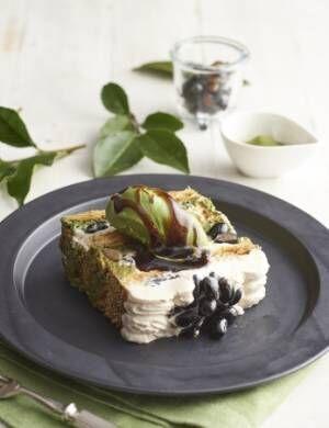 サクサクのパイに濃い抹茶ジェラート、黒蜜をかけて味わう「KIHACHIの抹茶黒豆パイ」