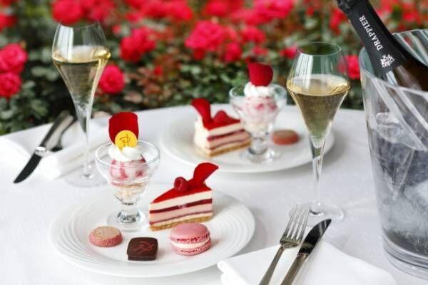 ニューオータニのバラ園でピエール・エルメのスイーツとシャンパンを楽しむ、3日間だけの「ご褒美時間」