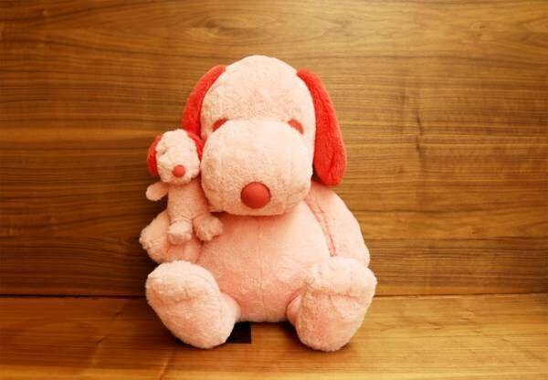 PEANUTS HOTELにあるピンクの巨大スヌーピーをモチーフにしたぬいぐるみが2種類のサイズで登場