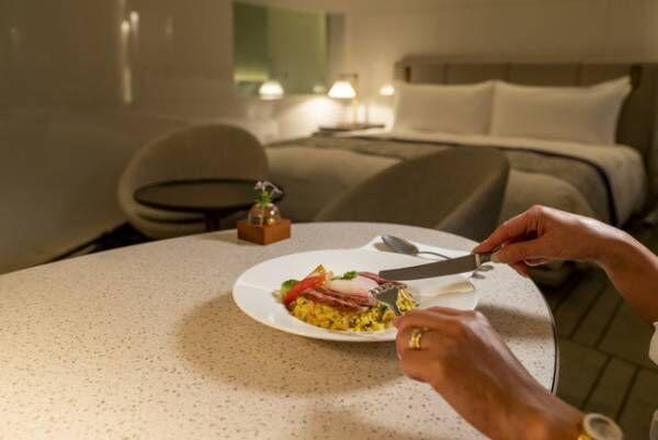 お夜食として・・・ 温泉卵のせ国産牛の和風ステーキピラフ アボカドとトマトを添えて