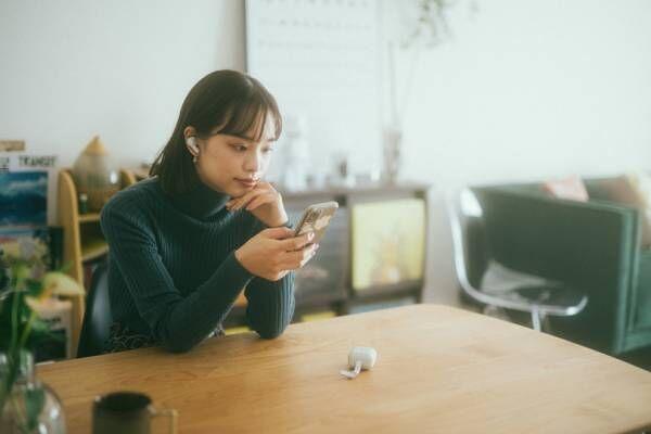 【おしゃれなあの人のおうち時間】モデル・植村麻由の「シンガロング」で楽しむ、おうちカラオケ