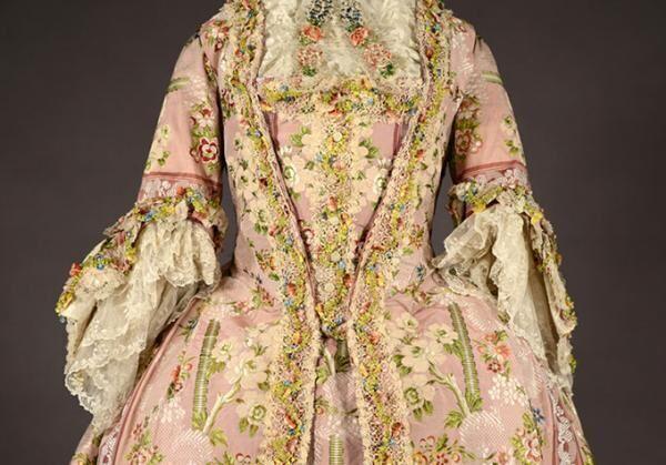 神戸ファッション美術館の収蔵品カタログ『DRESS COLLECTION』- 18世紀から現代を網羅
