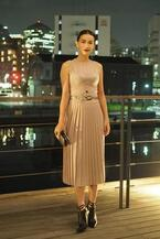 長谷川京子、ボッテガ・ヴェネタのプリーツドレスを着用 - トーマス・マイヤー主宰のイベントへ