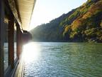 京都嵐山にて「朝のもみじ舟」開催 - 紅葉で真っ赤に染まった朝の大堰川を屋形舟で