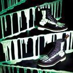 """ドクターマーチンのハロウィン限定ブーツ - 暗闇で緑色に光る""""骨""""を描いた1足"""