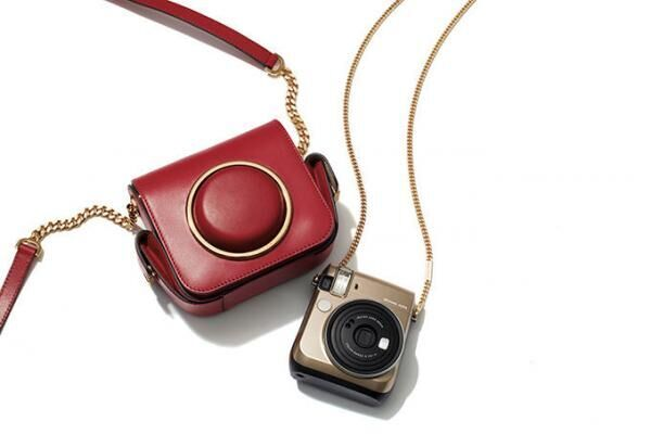 マイケル・コースからインスタント・フィルム・カメラ「instax mini 70」カメラ・バッグも