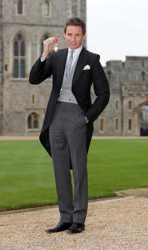 エディ・レッドメインがアレキサンダー・マックイーンを着用 - 大英帝国勲章の授賞式にて