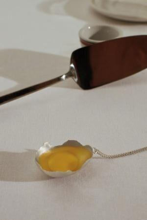 スウェーデン発ジュエリー「オール・ ブルース」日本初上陸、落とした卵が着想源のネックレスやイヤリング