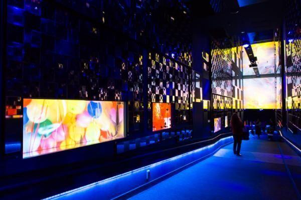 すみだ水族館×蜷川実花、クラゲ水槽が幻想的世界へ - 映像作品やアロマを駆使した万華鏡トンネルも