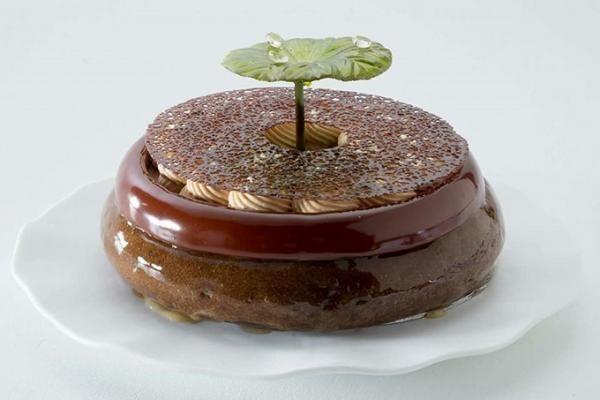 アンリ・シャルパンティエから10台限定のチョコケーキ、エスプレッソやキャラメルで「池のほとり」を表現