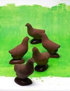 ピエール・エルメ・パリのイースター限定コレクション - 月桂樹を被った卵や鶏モチーフのチョコ