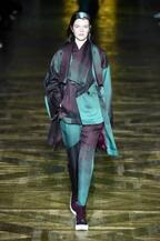 イッセイミヤケ 2017-18年秋冬コレクション - 揺らめくオーロラの光をファッションに落として