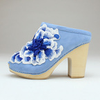 ジェフリーキャンベルの新作サボサンダル、鮮やかなブルーグラデーションのフラワー刺繍