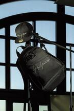 ヨウジヤマモト×ニューエラのコラボキャップやバックパック - 黒とグレーのロゴ刺繍でネームタグを表現
