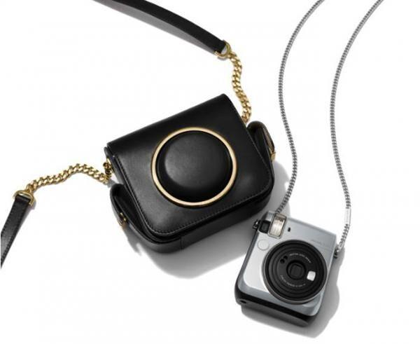 マイケル・コースのインスタント・フィルム・カメラ「instax mini 70」新色シルバーが登場