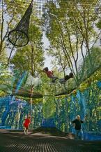 森の空中あそび「パカブ」神奈川にオープン、空中の網の上でバドミントンやサッカーを楽しむ