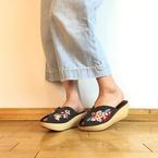ジェフリーキャンベルより新作サボサンダル、花柄の大胆な刺繍に歩きやすいウッドソール