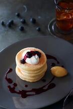 キハチ カフェ限定リコッタ・チーズパンケーキ、ふわふわ食感のパンケーキにブルーベリージャムをサンド