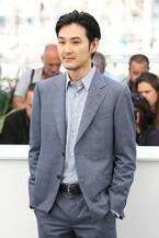 俳優・松田龍平、エルメネジルド ゼニアのタキシード&スーツで第70回カンヌ国際映画祭へ