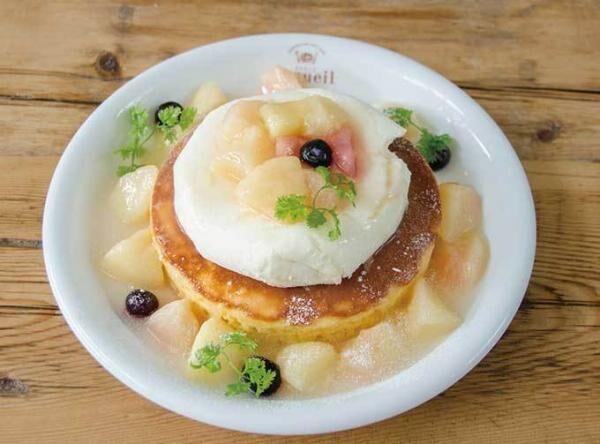 カフェ アクイーユの「天使のクリーム 桃のレアチーズパンケーキ」桃の果肉たっぷりのソースをかけて