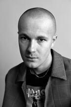 バーバリー×ゴーシャ ラブチンスキー18年春夏メンズでコラボ、トレンチコートをリデザイン