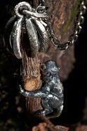 """プラダ""""お守り""""のような新作ジュエリー「プラダ タリスマン」シルバーに木やシェルを組み合わせ"""