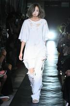 """モデルのイクミ手掛ける「IKUMI」""""白と黒""""をテーマに、ラフォーレ原宿でランウェイショー"""