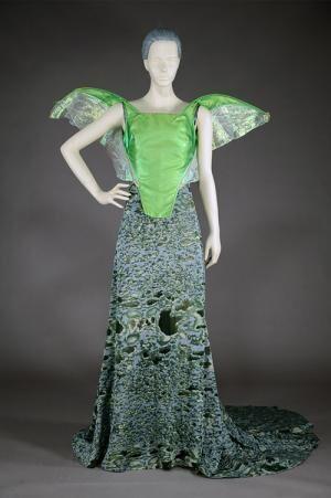 「昆虫とファッション」展が神戸ファッション美術館で - セミの羽を彷彿させるドレス、ランバンなどから
