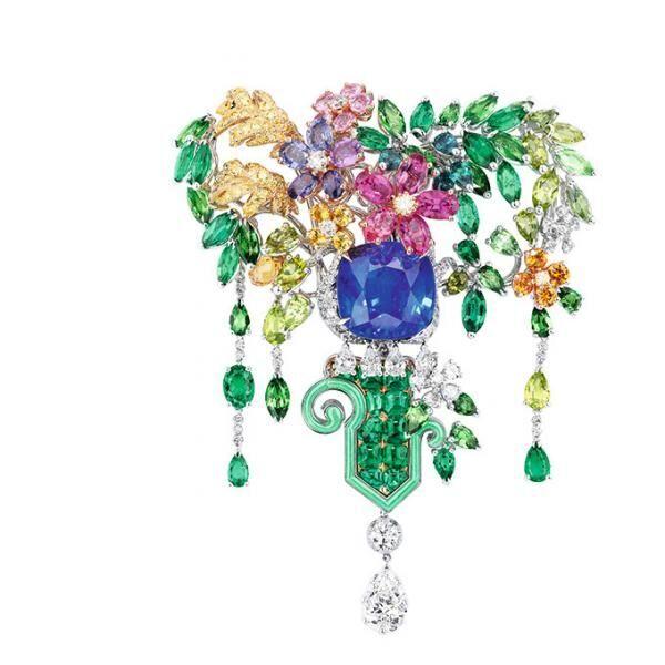 「ディオール」ヴェルサイユ宮殿の庭園が着想のハイジュエリー、瑞々しい草花をダイヤモンドやエメラルドで