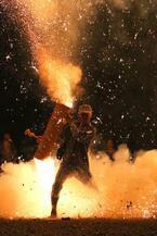 """火の粉吹き上がる大迫力の""""手筒花火""""を鑑賞、ららぽーと豊洲で一夜限りのイベント開催"""