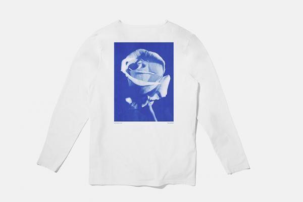"""サタデーズ ニューヨークシティ×ティム・バーバー、""""青い写真""""をプリントした限定Tシャツ&ロンT"""