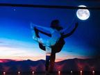 新感覚フィットネス「星月夜のヨガ」渋谷で期間限定開催、中秋の名月&星空のプロジェクションマッピング