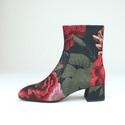 ジェフリーキャンベルの新作ショートブーツ - 鮮やかな花柄プリントでエレガントに