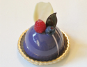 コスメデコルテ、保湿美容液「モイスチュア リポソーム」イメージの限定マカロン&球体ケーキ