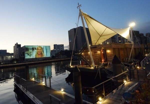 「水辺の映画祭」東京・天王洲で開催 - 運河沿いで野外映画鑑賞、ノッティングヒルの恋人ほか