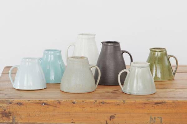 マーガレット・ハウエル 英国陶芸家が手掛けたジャグ、バーガンディーやカーキの色合い