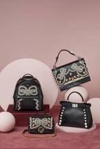 フェンディ「リボン&パール コレクション」パールをリボンモチーフに連ねたバッグやシューズ