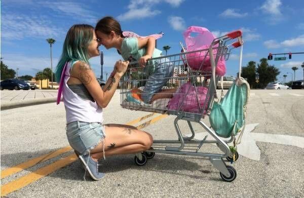 """映画『フロリダ・プロジェクト 真夏の魔法』ショーン・ベイカー監督""""夢の国""""外に住む貧困母子家庭を描く"""