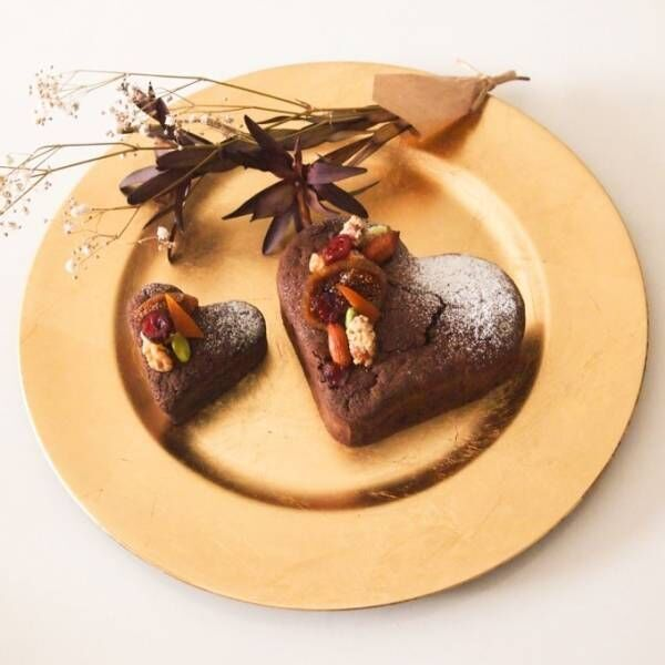 ドイツの伝統菓子店「ヒムベーレ菓子店」より、沖縄みかんを混ぜ込んだハート型ガトーショコラ