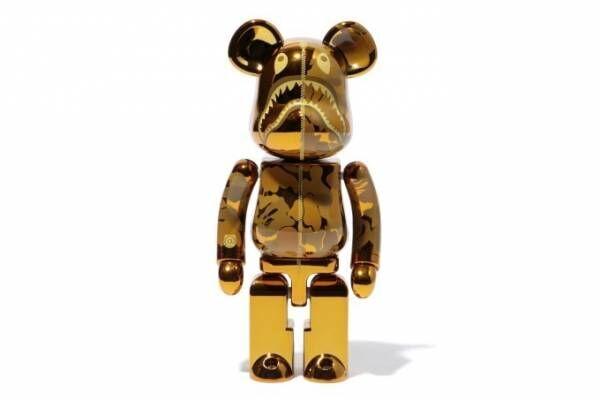 ベイプより「超合金」のベアブリック - ゴールド&シルバーのカモ柄、耳つきフーディも