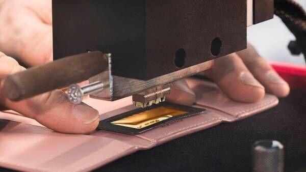 ミュウミュウのレザーアイテムがマイデザインに、イニシャル刻印サービスを期間限定で