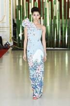 ユミカツラ18春夏オートクチュールを国宝・迎賓館赤坂離宮で披露、北斎の富士を描いたドレスなど約60点