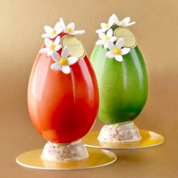 ジョエル・ロブションの限定イースターエッグ、赤と緑に色付けされた卵型ホワイトチョコ