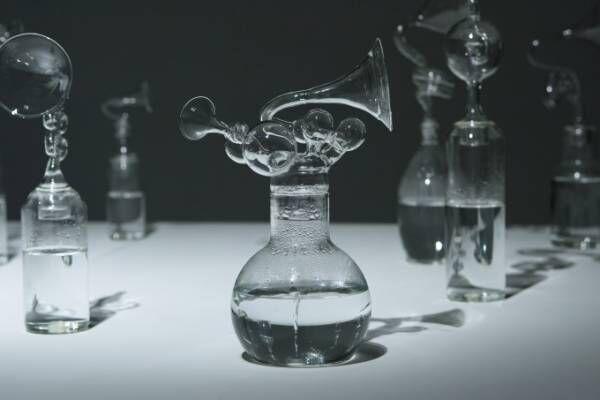 赤松音呂の個展が新宿・ミヅマアートギャラリーで、ガラス瓶と水が生み出す複雑な音の世界を表現