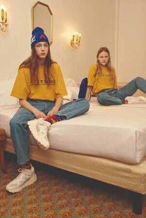 メゾン キツネ×韓国発アーダーエラー、プレイフルなロゴ&カラーのボマージャケットやTシャツ