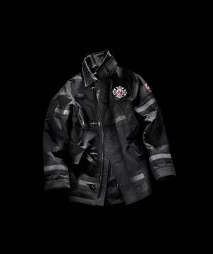 カナダグース×NY市消防局、消防服に着想を得たコラボコート発売