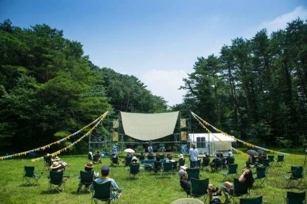 富士山の麓で「湖畔の映画祭」月光の下テントの中から映画鑑賞、日中はキャンプで大自然を満喫