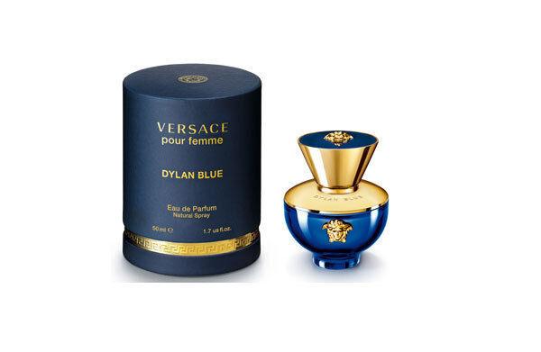 ヴェルサーチのウィメンズ新香水「ディランブルー フェム オーデパルファム」官能的なウッディの香り